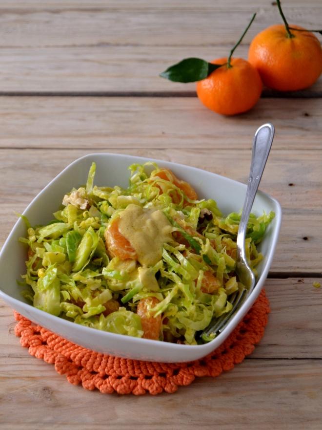 Salada de inverno de couve-bruxelas e tangerina