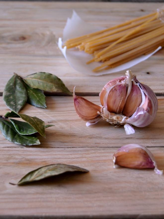 Louro, alho e esparguete
