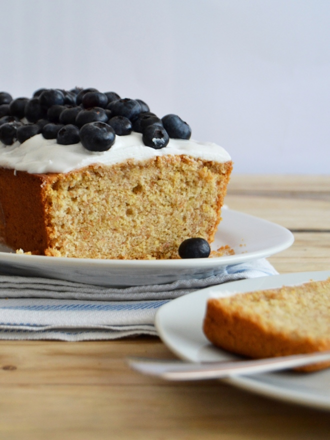 Bolo de limão com cobertura de coco e mirtilos // Lemon pound cake with coconut frosting and blueberries