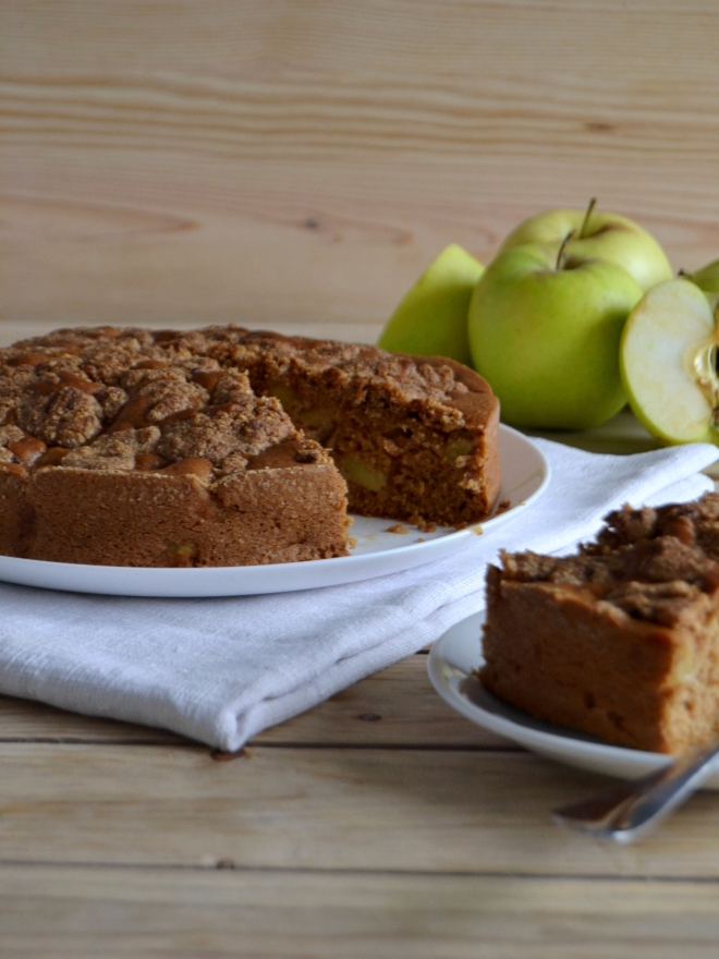 Apple cake with almond crumble