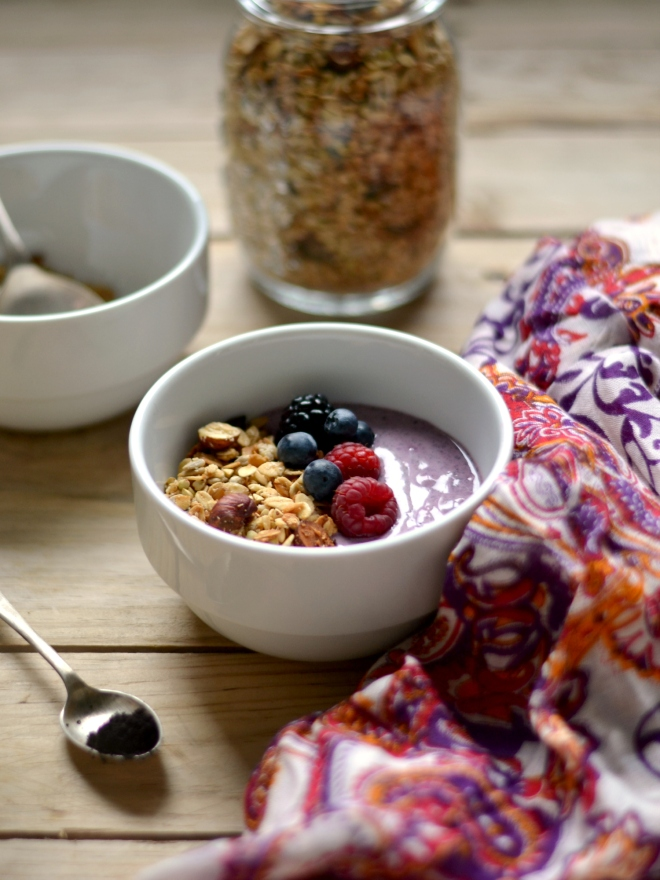 Açaí bowl with buckwheat granola